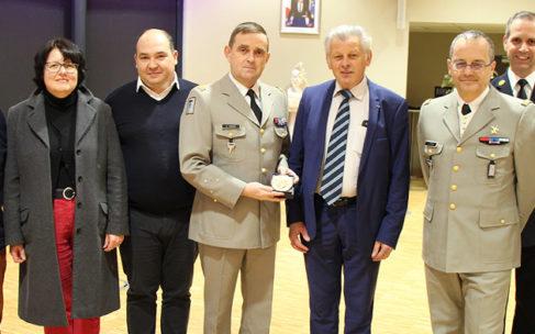 Le général Eric Ravier reçoit la médaille d'art et d'honneur de la ville